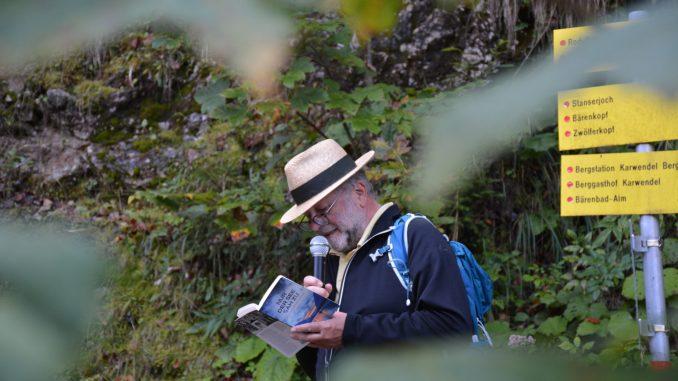 Herbert Dutzler nahm zahlreiche Krimifans mit auf eine Wanderung am Dien-Mut-Weg in Pertisau. // Foto: Achensee Tourismus