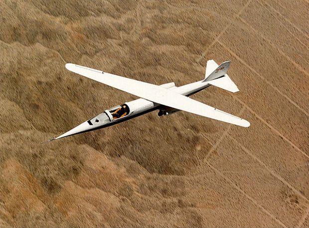 Y, hablando de asimetrías, he aquí el diseño de Rutan para la NASA sobre la idea de ala oblícua. (NASA).