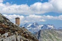 Stille Orte. MITTELALETSCH-BIWACK 3013 m* Bettmeralp Die unbewirtschaftete Biwakhütte liegt auf dem Weg vom Grossen Aletschgletscher zum Aletschhorn. Die Hütte verfügt für Notfälle über ein Sprechfunkgerät – und ein WC-Häuschen.