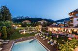 Mirabell Dolomiten Wellness Residenz Aussen abends