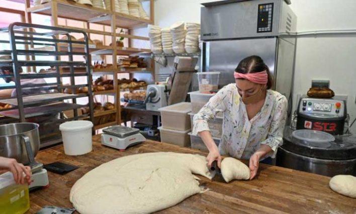من صنع الخبز المنزلي إلى افتتاح مخبز.. قصة نجاح بريطانية خلال الحجر- (صور)
