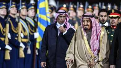 اللواء عبد العزيز بن بداح الفغم المطيري يسير خلف الملك سلمان بن عبد العزيز خلال زيارة إلى موسكو