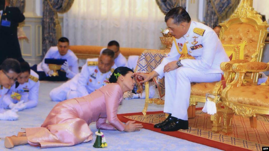 ملك تايلاند ماها فاجيرونغكورن أثناء مراسم الزواج من زوجته الجديدة وحارسته الشخصية سوثيدا