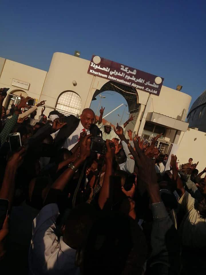 استقبال ياسر عرمان بمطار الخرطوم