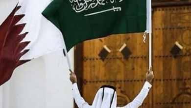 مواطن يرفع علمي السعودية وقطر
