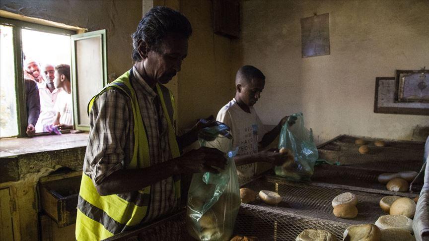 لجان المقاومة تحرس المخابز وتحرص على توزيع الخبز على المواطنين