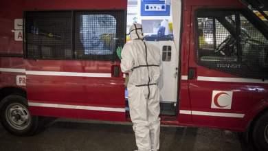 طبيب مغربي في دار البيضاء يستعد لإجراء عملية تطهير في إطار مكافحة فيروس كورونا AFP