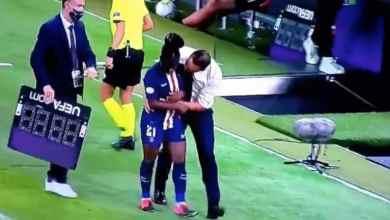 مدرب فريق باريس سان جيرمان يثير الجدل بعد لمس لاعبة بطريقة مريبة
