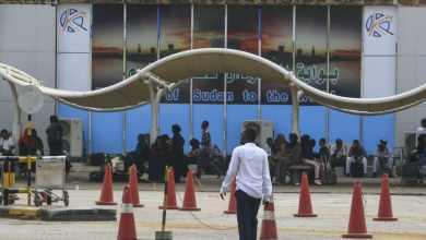 مسافرون ينتظرون خارج صالة المغادرة في مطار الخرطوم الدولي (أرشيفية) - AFP
