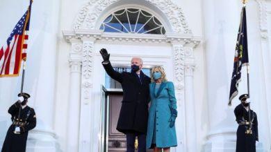جو بايدن يلوح لأنصاره وبجواره زوجته جيل قبل دخول البيت الأبيض، TOM BRENNER / REUTERS