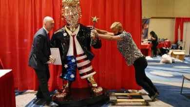 """نصب تمثال دونالد ترامب في قاعة """"مؤتمر العمل السياسي المحافظ""""، الملتقى السنوي للمحافظين الأميركيين، في أورلاندو بولاية فلوريدا"""