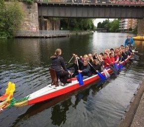 Drachenboote am Anleger Hamburg