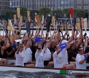 Drachenboot Korso am Ende der Finalläufe beim Drachenbootrennen auf der Hamburger Binnenalster