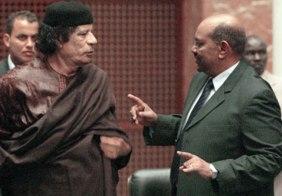 """البشير يحمل """"القذافي"""" مسؤولية فصل الجنوب ويعترف بخرق حظر السلاح على ليبيا"""