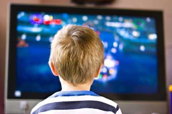 عمر الطفل يحدد مدة مشاهدته للتلفاز