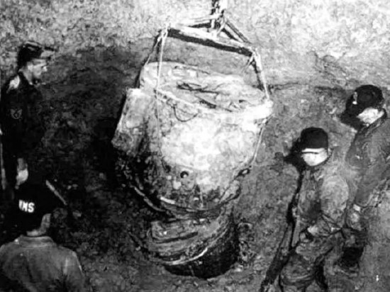 Air Force personnel working in underground pit to recover parts of MK-39 nuclear bomb