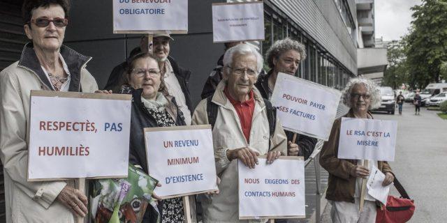 Manifestation d'associatifs et d'allocataires devant la caf de Mulhouse