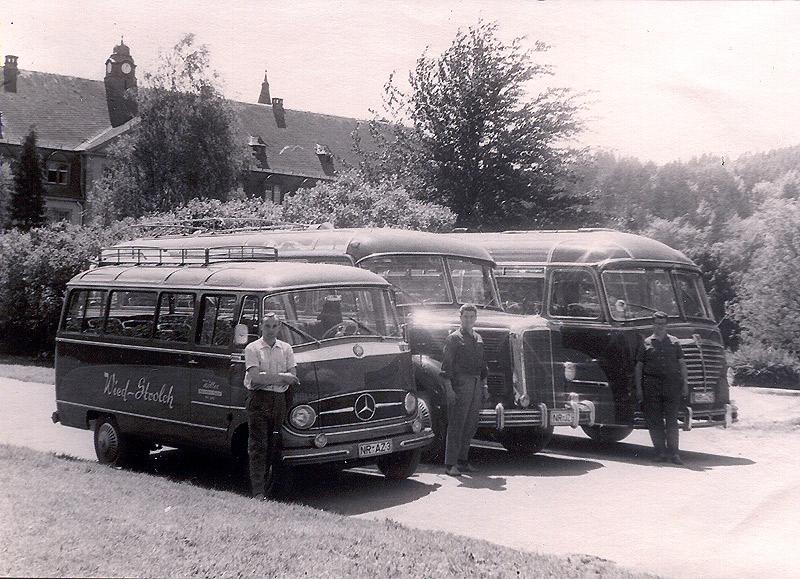 """Zöller's Busreisen 1956 beim Ausflug zum Kloster Himmerod Die Fahrer v.l. Günther Homscheid, Siegfried Schneider und Georg Zöller Die Fahrzeuge v.l. """"Wied-Strolch"""", """"Der liebe Jung"""", """"Perle der Wied"""" (Büssing)"""