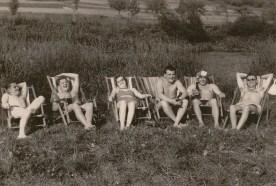 """Fröhlich Runde am """"Wiedstrand"""" um 1950 v.l. Erich Rams, Georg Zöller, Hannelore Hertling, Karl-Heinz Kröll (Köwwes), Peter Buhr mit Badekappe, Franz-Josef Hertling"""