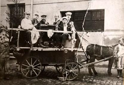 Karnevalsumzug 1912 auf der Hauptstraße vor dem Waldbreitbacher Hof (später Kinderkurheim) Auf dem Wagen hinten rechts Nikolaus Rams (Vater von Erich Rams)
