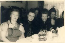 1950 ???! Rechts: Järadse Kathrina (Katharina Gerhards), 2. von links Ria Birnbach