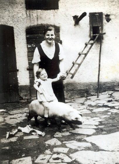 """Das """"Reitschwein"""" Gertrud Zöller mit Kind Käthe im Hof um 1938"""