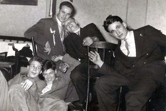 """Karneval in der """"Sonne"""" - Anfang 1950er Jahre vorne Jo Reuschenbach und Siwwi Schneider, hinten Ildefons Nassen, Dagobert Charwatt und Vinzenz Buhr"""