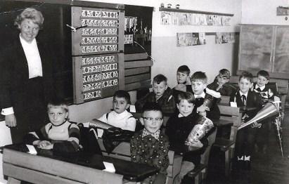 Frl. Calsing mit dem Schuljahrgang 1958 v.l.n.r. Werner Hardt, Herbert Pannhausen, Willi Grüber, Werner Scheid, Hardy Reuschenbach, Pepe Arnautovic, Heinz Kluth, Peter Kesselheim, Jörg Ballerstedt