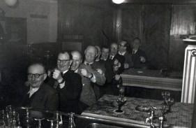 "In der Gastwirtschaft ""Zum Schützenhof"" Anfang 1950er Jahre v.l.n.r. Johann Reuschenbach, Paul Hartmann, ?, Hachmann, Johann Hartmann, Lorenz Stoffel, ?, Karl Girnstein"