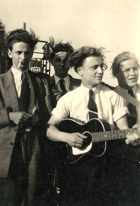 1950er Jahre v.l.n.r. Willi Host, Herbert Rams, Hans Reuschenbach (mit Gitarre) und Helmut Lerbs