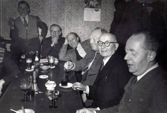 """Auf der Kegelbahn im Gasthaus """"Zum Schützenhof"""" - um 1950 v.l.n.r. ?, Johann Reuschenbach, ? Zöller (Heilstätte), ? Hachmann, Lorenz Stoffel und Karl Girnstein"""