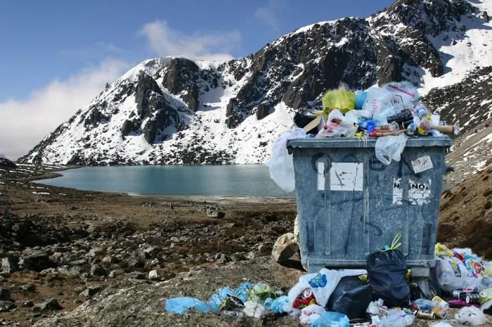 L'Everest est-il (toujours) une poubelle ?