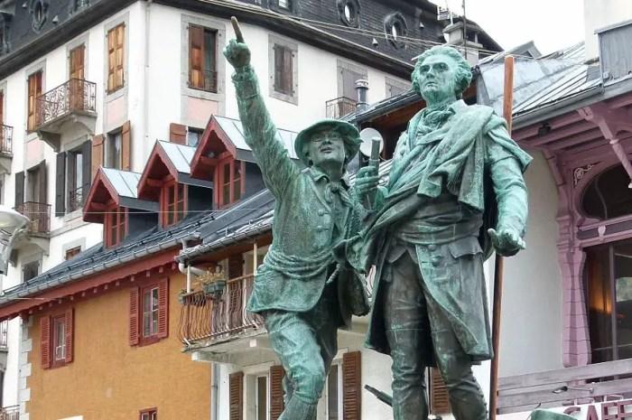 Qui sont ces deux hommes face au mont Blanc ?