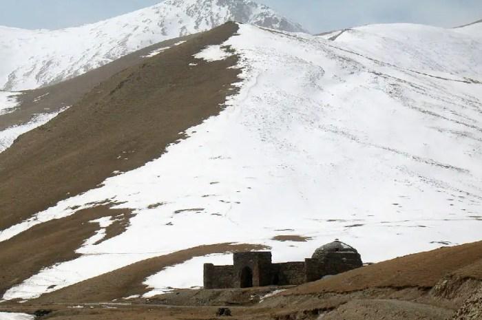 Montagnes lointaines : la forteresse de Tash Rabat !