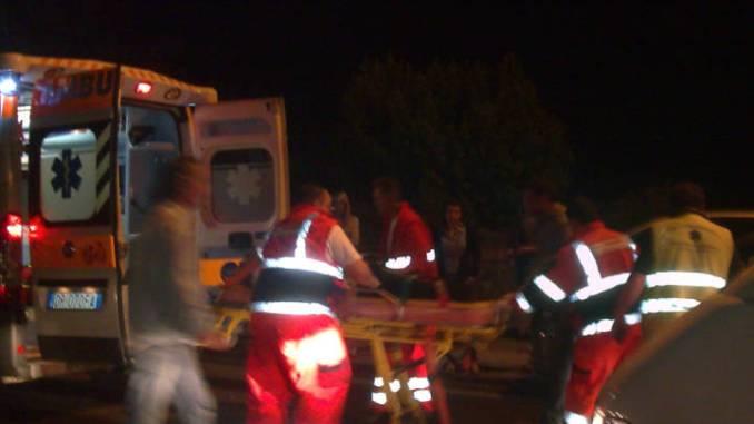 Va fuoristrada con l'auto, nella notte, a Gubbio, grave 21enne