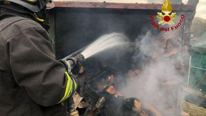 A fuoco una legnaiaall'Osteria Cerasa incendio sotto controllo