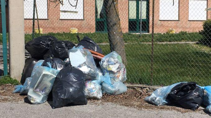 Gubbio, le pulizie di primavera, ripulita una vasta zona sotto gli occhi increduli dei passanti