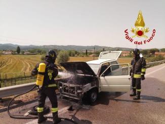 Fiat Panda in fiamme sulla Pian d'Assino tra Gubbio e San Marco