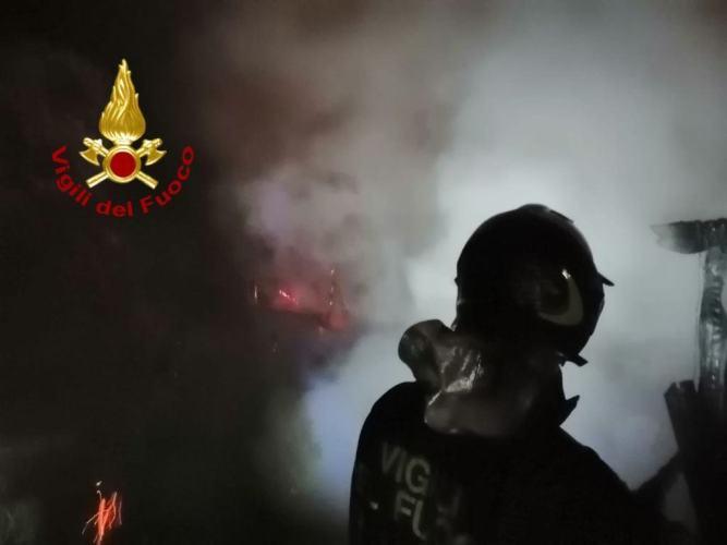 Fiamme divorano rimessa attrezzi da lavoro, incendio a Santa Cristina