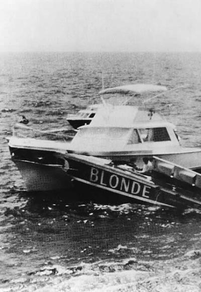Incidente per tra la barca The Blonde che ha speronato quella della Giuria