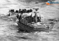 CP 233 GC mentre aggancia l'unica scialuppa di salvataggio che i naufraghi sono riusciti a mettere in mare
