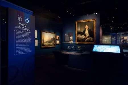 La sala dedicata a James Cook, che collaudò l'orologio di Harrison nel suo secondo e terzo viaggio, con il quadro del 1775 di Nathaniel Dance