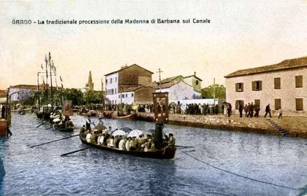 Una cartolina storica della Madonna durante una processione dei primi del '900
