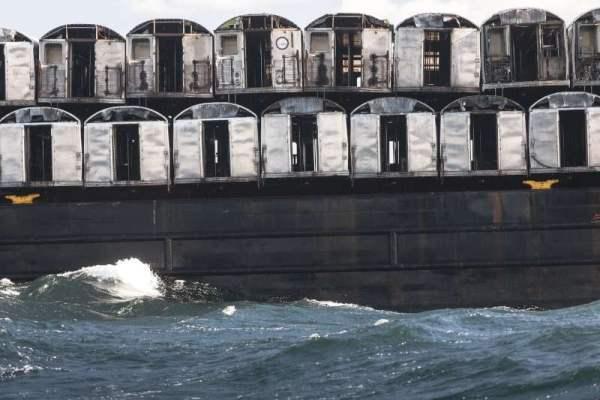 Vagoni posti sulla chiatta e pronti per essere gettati in mare