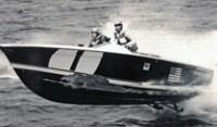"""Un Donzi delaminato: durante la gara Miami-Nassau del 1966, Don Aronow e """"Knocky"""" House arrivarono secondi con lo scafo in queste condizioni. Il costruttore disse di aver urtato a tutta velocità un oggetto galleggiante che avrebbe poi prodotto questa vistosa """"ferita"""" allo scafo."""