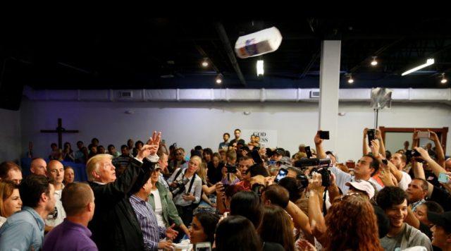 Trump lanza papel higiénico a los ciudadanos de Puerto Rico.