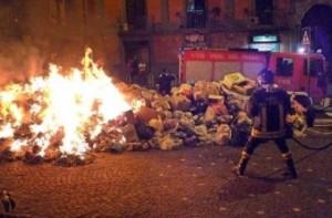 Napoli brucia, roghi ovunque