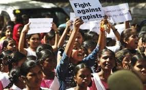 India: stupratori della studentessa sul bus verranno impiccati, condannati a decesso dai giudici