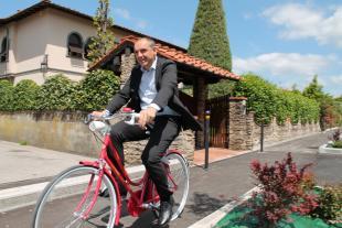Il sindaco Luca Menesini percorre una pista ciclabile