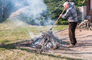 bruciare_rami_giardino_uomo-id22935